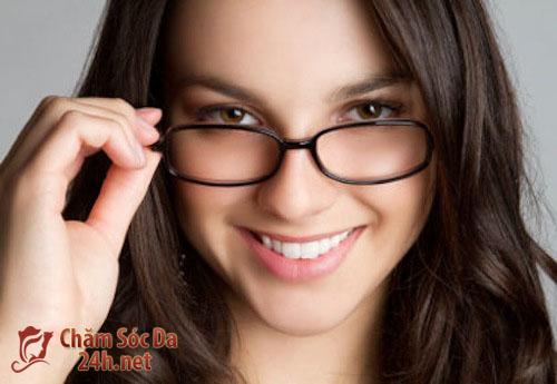 Hướng dẫn trang điểm cho bạn gái đeo kính.