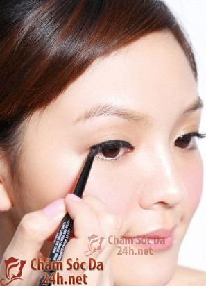 Mẹo hay khi trang điểm: làm sao kẻ mắt không bị lem và giữ màu được lâu?