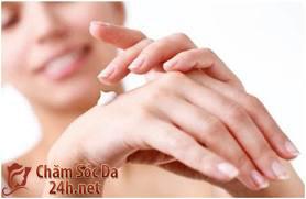 Chăm sóc đôi tay bị nổi gân guốc và nhăn nheo